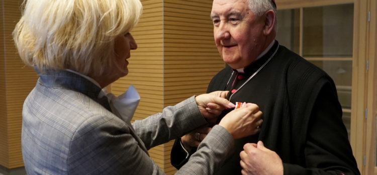 Medal KEN dla biskupa Romualda Kamińskiego orazks.Piotra Pierzchały