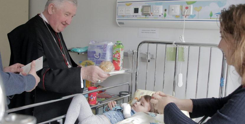 Odwiedziny bpa Romualda Kamińskiego w szpitalach dziecięcych