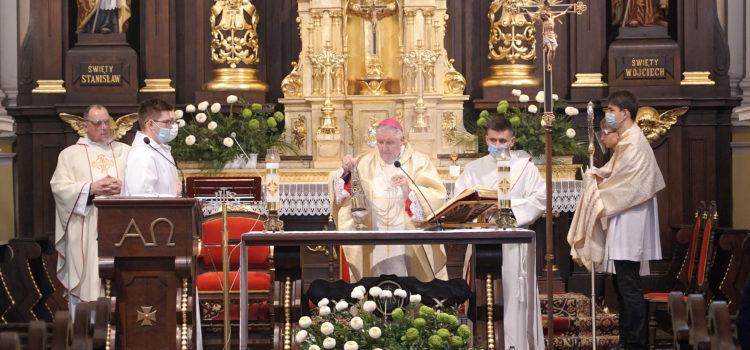 """""""Powinniśmy mieć zdrową ambicję bycia świętymi"""" – bpRomuald Kamiński podczas uroczystości Wszystkich Świętych 2020"""